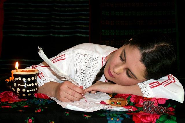 žena spící na stole