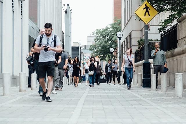 Lidé chodící po ulici