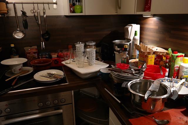 špinavé nádobí v kuchyni